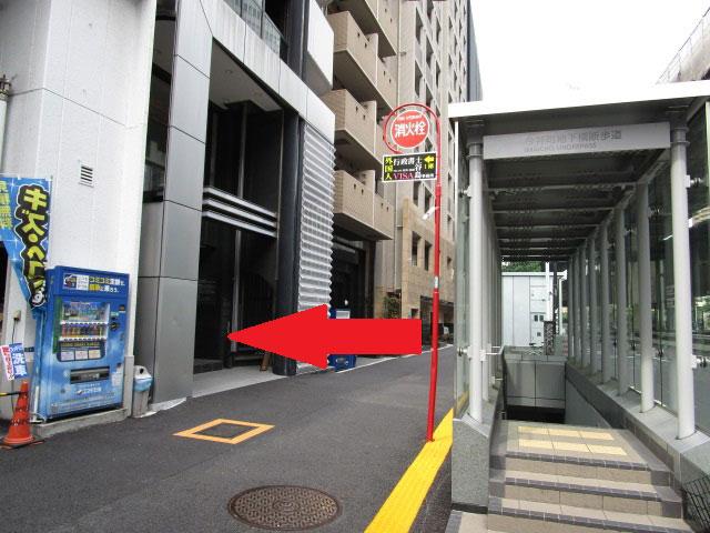 ガソリンスタンドの右隣のビルの1階が、谷島事務所です。